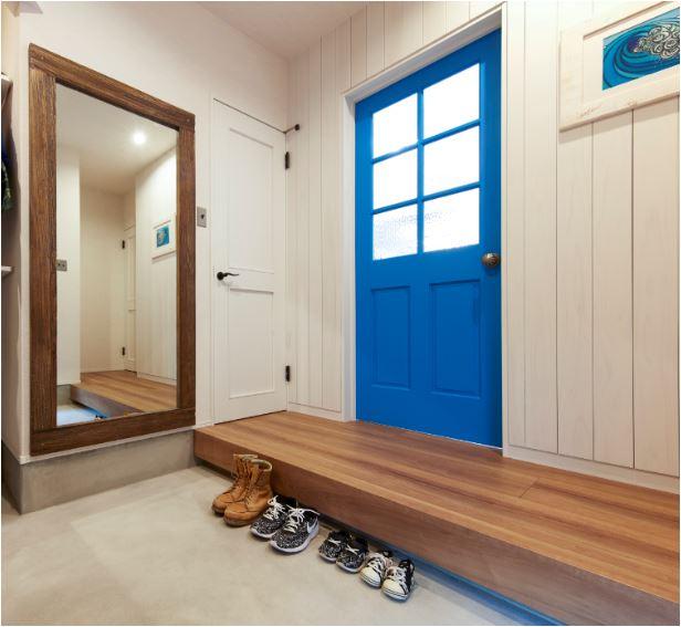 輸入ドアをブルーに塗装仕上げ。